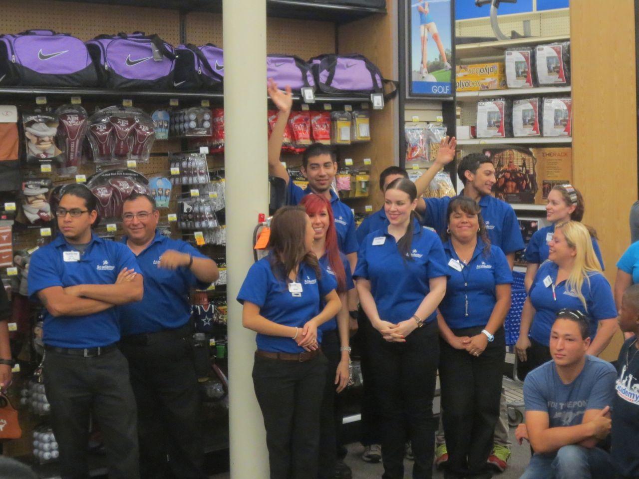 David Robinson Helps Idea Carver Students Shop For San