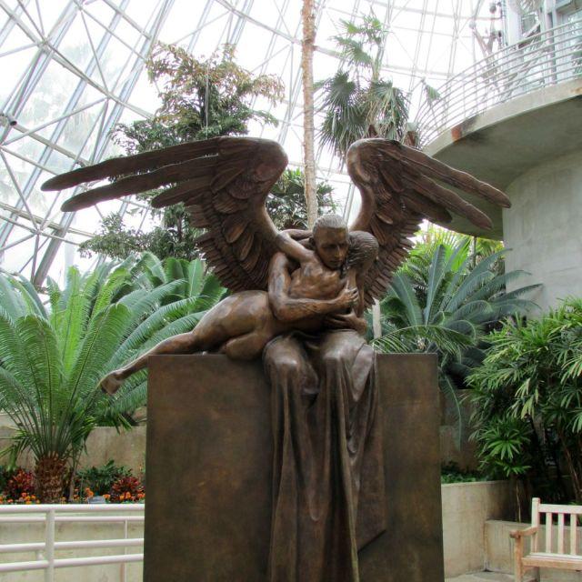 Abrazo Monumental by Jorge Marín at the San Antonio Botanical Garden | San Antonio Charter Moms